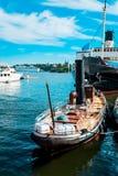Fischerboot der Weinlese im Hafen Stockfotografie
