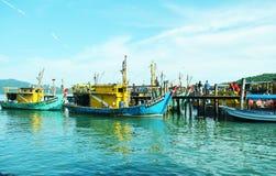 Fischerboot des Docks lizenzfreie stockbilder