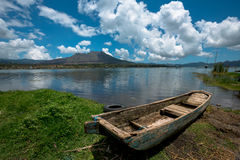 Fischerboot des hölzernen Passagiers auf See Batur - Bali Stockbild