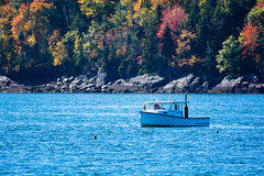 Fischerboot des Hummers im Herbst in Küsten-Maine, Neu-England Lizenzfreie Stockbilder