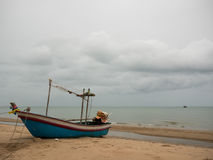Fischerboot des Kalmars auf dem Strand am bewölkten Morgentag, mit Seehintergrund Stockbilder