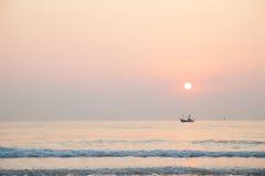 Fischerboot des Morgens Lizenzfreie Stockfotos