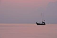 Fischerboot des Schattenbildes Lizenzfreie Stockfotografie