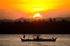 Fischerboot des Sonnenuntergangs lizenzfreies stockfoto