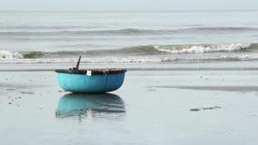 Fischerboot des traditionellen Korbes am Fischerdorf stock footage