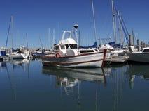 Fischerboot am Dock Stockfotografie