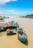 Fischerboot am Dock Stockfotos
