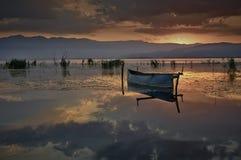 Fischerboot am aufgehende Sonne lizenzfreie stockfotos