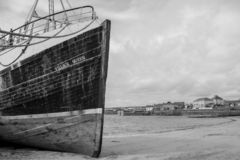 Fischerboot in einer Kleinstadt stockfotografie