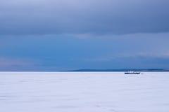 Fischerboot eingefroren im Eis Lizenzfreie Stockfotografie