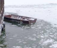 Fischerboot eingeschlossen im Eis Lizenzfreie Stockfotos
