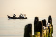 Fischerboot erlischt zum Meer fr?h morgens, wenn das Meer ruhig ist stockbild