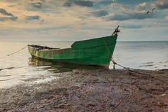 Fischerboot früh morgens auf sandigem Strand der Ostsee, Lettland, Europa Lizenzfreie Stockbilder