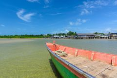 Fischerboot geparkt an der Küste lizenzfreies stockbild