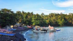 Fischerboot in Hafen bitung Sulawesis Indonesien stockbild