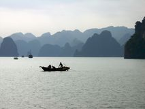 Fischerboot am Halong Schacht, Vietnam Stockbild