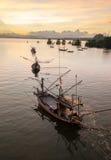 Fischerboot hinter Sonnenaufgang Lizenzfreies Stockfoto