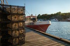 Fischerboot im Hafen von ula Norwegen Stockbilder