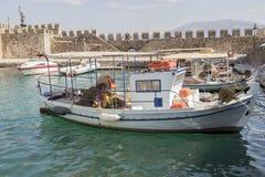 Fischerboot im Hafengebirgshintergrund Stockbilder