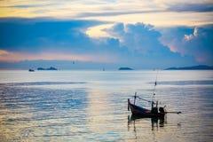 Fischerboot im Meer auf Koh Samui bei erstaunlichem Sonnenuntergang Lizenzfreies Stockbild