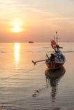 Fischerboot im Meer bei Sonnenuntergang Stockfoto