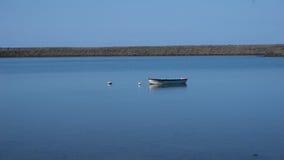 Fischerboot im Salzsee im Sao Jorge, Azoren lizenzfreies stockfoto