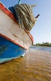 Fischerboot im Shalow Fluss Stockfotografie