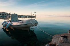 Fischerboot im Sonnenaufgang-Dock in Kroatien lizenzfreie stockfotografie