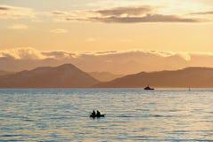 Fischerboot im Sonnenuntergang Stockfotos