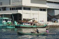 Fischerboot in Indonesien-Hafen Stockfotos