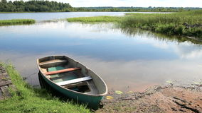 Fischerboot machte auf dem See morgens im Sommer fest stock video footage
