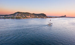 Fischerboot in Mazatlan, das heraus zum Meer vorangeht Lizenzfreies Stockfoto