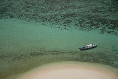 Fischerboot in Meer Stockfoto