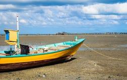 Fischerboot mit Anlegestellenhintergrund Stockfotografie