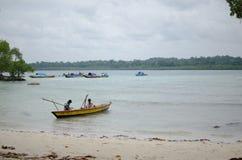 Fischerboot mit Fischer stockbild