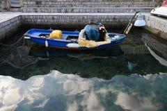 Fischerboot mit Gerät Stockbild