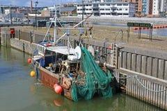 Fischerboot mit Netzen stockbild