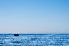 Fischerboot mit Seemöwen in Ostsee Stockbild