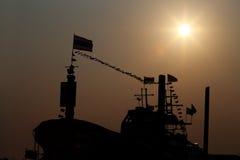 Fischerboot mit Sonnenschein sind Schattenbild lizenzfreie stockbilder