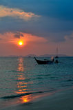 Fischerboot mit Sonnenuntergang an Railay-Strand stockfotos
