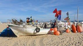 Fischerboot mit vielen Bojen-auf langen van DEM, breiten, feinsandigen Strand von Montegordo, Algarve, Portugal royalty-vrije stock afbeelding