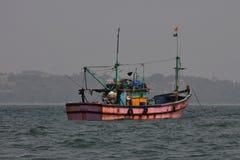 Fischerboot am Morgen im Meer von Goa stockfotos