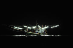 Fischerboot nachts stockbild