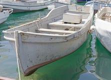 Fischerboot nahe einem Pier Lizenzfreie Stockfotografie