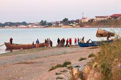 Fischerboot nahe Küste lizenzfreie stockfotografie