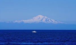 Fischerboot, Ozean, eisiger Berg Stockfotos