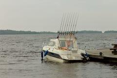 Fischerboot am Pier an einem bewölkten Tag Lizenzfreie Stockfotografie