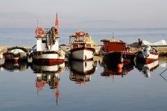 Fischerboot-Reflexionen Lizenzfreie Stockfotografie