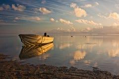 Fischerboot am ruhigen Einlass von Aitutaki, Koch Islands Lizenzfreie Stockbilder