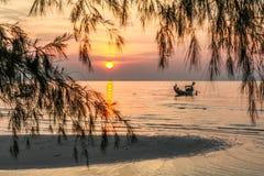 Fischerboot, Sandbank, der Sonnenuntergang Stockbilder
